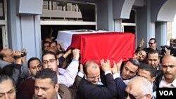 Jenazah Brigjen Pol. Tariq al-Mirjawi dibawa keluar dari sebuah rumah sakit polisi di Kairo (2/4).