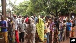 Wapiga kura wakiwa kwenye mstari wakingoja kupiga kura zao septemba 28,2013 nchini Guinea.