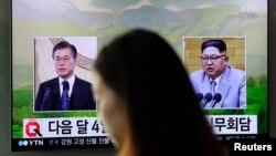 지난 3월 한국 서울역 대기실에 설치된 TV에 문재인 한국 대통령과 김정은 북한 국무위원장이 나오고 있다.