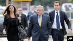 El senador demócrata por Nueva Jersey, Bob Menéndez (centro) llega a la corte federal en Newark donde es enjuiciado por corrupción. Le acompañan sus hijos Alicia y Robert Menéndez Jr. Septiembre 11, 2017.