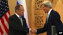 7일 세르게이 라브로프 러시아 외무장관(왼쪽)과 존 케리 미국 국무장관이 인도네시아 발리에서 열린 아시아태평양경제협력체 정상회의에서 회담을 가졌다.