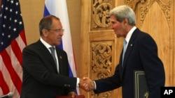 Rossiya tashqi ishlar vaziri Sergey Lavrov (chapda) va AQSh davlat kotibi Jon Kerri Balida matbuot anjumanida, Indoneziya, 7-oktabr, 2013-yil