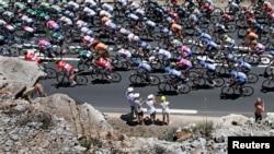 Para pebalap sepeda dalam etape ketujuh Tour de France dari Montpellier ke Albi (5/7). (Reuters/Eric Gaillard)