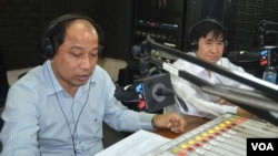 Cambodian NGO leaders Mr. Puthea Hang, Director of NICFEC and Mr. Koul Panha, Director of COMFREL talk about the process of election reform and the different proposals of political parties on VOA Khmer's Hello VOA radio call-in show, Thursday, October 30, 2014.
