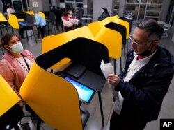 미국 선거가 열린 3일 로스엔젤레스의 한 투표소에서 투표하는 시민들.