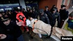"""Petugas medis memindahkan korban dari kapal kargo """"Spirit of Piraeus"""" ketika kapal itu tiba di pelabuhan Bari, setelah Feri Norman Atlantic terbakar di perairan Yunani 29/12/2014."""