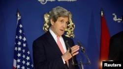 Menlu AS John Kerry dalam konferensi pers di kantor Menlu Maroko Salaheddine Mezouar, seusai pertemuan bilateral di Kementerian Luar Negeri Maroko di Rabat (4/4).