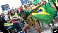ພວກປະທ້ວງຮ້ອງຄຳຂວັນຕໍ່ຕ້ານປະທານາທິບໍດີທີ່ຖືກສັ່ງພັກວຽກ ທ່ານນາງ Dilma Rousseff ໃນລະຫວ່າງ ການປະທ້ວງຮຽກໃຫ້ລົງໂທດທ່ານນາງ ທີ່ຫາດຊາຍ Copacabana, ນະຄອນ Rio de Janeiro, ບຣາຊິລ, 31 ກໍລະກົດ, 2016.