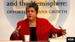 Janet Napolitano ha servido a la actual administración Obama desde un inicio y se ha mostrado a favor de aprobar una reforma migratoria. [Foto: Mitzi Macias, VOA]