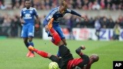L'attaquant de Lyon Clinton Njie amorce un slalom face au défenseur de Guingamp Baïssama Sankoh, lors d'un match en avril 2015