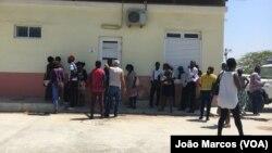 Pacientes à frente do Centro de Diálise de Benguela