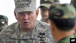 지난 7월 판문점 남측 관측소에서 북한 지역을 살펴보는 제임스 서먼 주한미군사령관. (자료사진)