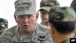 지난해 7월 판문점 남측 관측소에서 북한 지역을 살펴보는 제임스 서먼 주한미군사령관. (자료사진)