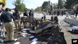 巴基斯坦俾路支省省会奎达2017年6月23日发生汽车爆炸,警方官员正在勘查现场。