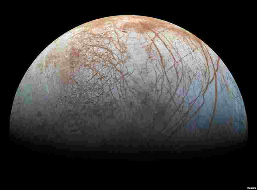 지난 1990년대 후반 NASA 갈릴레오 탐사선이 관측한 이미지로 만든 목성 위성인 유로파의 모습. 과학자들이 수십 년 전 자료를 분석해 목성 위성인 유로파가 물기둥을 내뿜고 있다는 것을 다시 한번 확인했다고 밝혔다.