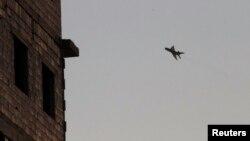 Radni avioni sirijskih vladinih snaga nadleću grad Raku