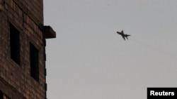 Самолет ВВС Сирии в небе над городом Рака. Сирия. 17 августа 2013 г.