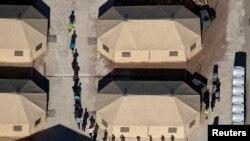 Fëmijët emigrantë përqark tendave në një objekt ndalimi në Tornillo, Teksas