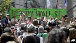 Demonstrasi 'Occupy Wall Street' di New York September 2012 (foto: dok). Mayoritas kelas menengah AS berpendapat lembaga keuangan dan CEO perusahaan besar membuat situasi lebih parah bagi kelas menengah.