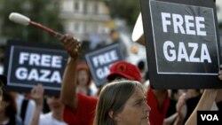 Activists pro-Palestina melakukan unjuk rasa di luar kantor Kementerian Ketertiban Umum di Athena, Yunani hari Minggu (3/7).