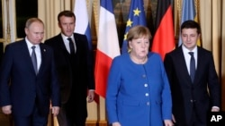 Presiden Perancis Emmanuel Macron (dua dari kanan), Presiden Rusia Vladimir Putin (kiri), Kanselir Jerman Angela Merkel (dua dari kanan) dan Presiden Ukraina Volodymyr Zelenskiy di Istana Elysee, Paris, Perancis, 9 Desember 2019. (Foto: dok),