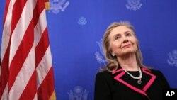 4일 나토 외무장관 회의에 앞서, 주벨기에 미국대사관저를 방문한 힐러리 클린턴 미국 국무장관.