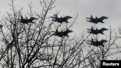 Việt Nam đã đặt mua thêm khoảng một chục chiếc Sukhoi Su-30 của Nga để tăng cường cho hạm đội Sukhoi Su-27, Su-30 cũ hơn.