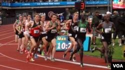 Lopez Lomong (segundo desde la izquierda) compite durante las eliminatorias para formar el equipo olímpico de 2012, en Eugene, Oregon. [Foto: T. Banse/VOA] .
