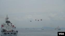"""4架直升机和6艘巡航舰一起进行""""海安八号""""海空联合演习(美国之音赵婉成拍摄)"""