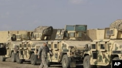 巴格达胜利营基地的美军装甲车队正在等待转运,离开伊拉克