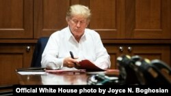 UMongameli Donald J. Trump usebenza ngesikhathi egula esibhedlela seWalter Reed National Military Medical Center eBethesda kwele Melika., Oct. 3, (Official White House photo by Joyce N. Boghosian)