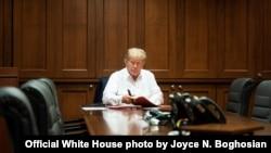 ប្រធានាធិបតីសហរដ្ឋអាមេរិកលោក Donald Trump ធ្វើការនៅក្នុងបន្ទប់ការិយាល័យនៅមន្ទីរពេទ្យយោធា Walter Reed នៅទីក្រុង Bethesda រដ្ឋ Maryland ជាយរដ្ឋធានីវ៉ាស៊ីនតោន ទីដែលលោកកំពុងសម្រាកព្យាបាលជំងឺកូវីដ១៩ នៅថ្ងៃទី៣ ខែតុលា ឆ្នាំ២០២០។