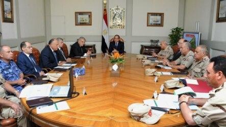 Tổng thống Ai Cập Abdel-Fattah el-Sissi, giữa, tổ chức 1 cuộc họp khẩn cấp với các giới chức hàng đầu sau cuộc tấn công tại Bán đảo Sinai, Cairo, Ai Cập, 24/10/2014.