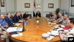 Egipatski predsednik Abdel Fatah el Sisi (C) na vanrednom sastanku Nacionalnog saveta za odbranu, održanom nakon napada na Sinajskom poluostrvu