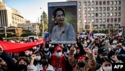 Người biểu tình ở Nhật ủng hộ bà Aung San Suu Kyi.