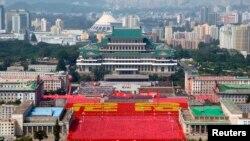 9일 북한 평양 김일성광장에서 열린 정권 수립 65주년 기념 행사에서 노동적위대원들이 행진하고 있다.