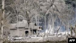Nhà cửa bị bao phủ bởi tro núi lửa ở Argomulyo, Yogyakarta, Indonesia
