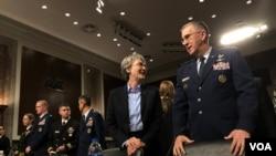 美军战略司令部司令海腾上将(右一)与空军部部长威尔逊出席听证会(美国之音黎堡)