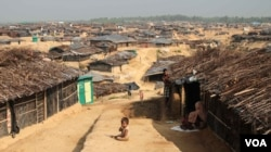 Thousands of Rohingya flocked to Kutapalong Camp after crossing from Myanmar into Bangladesh. (J. Owens/VOA)
