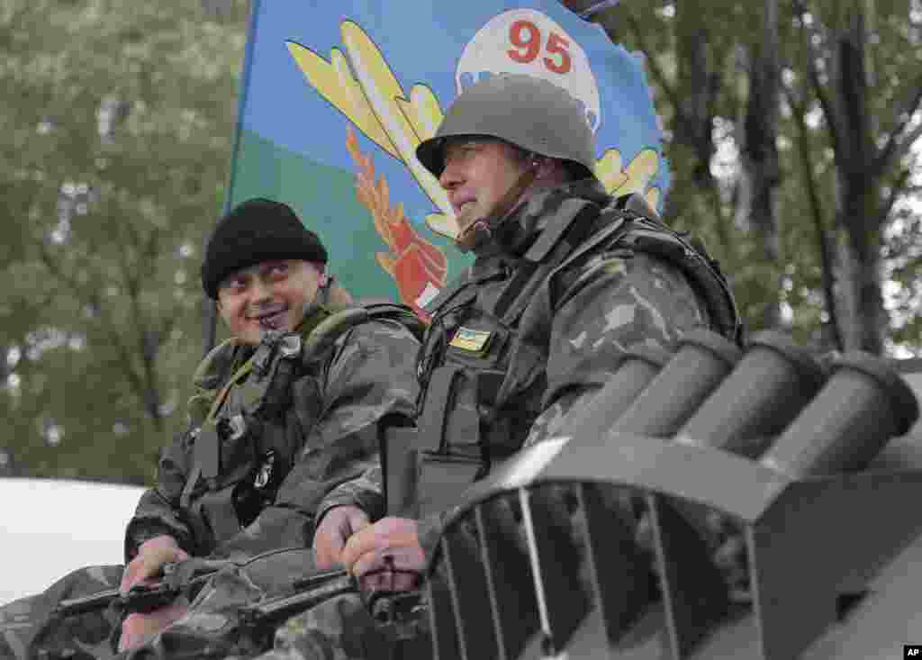 Ukrainian army paratroopers sit atop an armored personnel carrier as they move toward Slovyansk, June 2, 2014.
