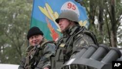 6月2日乌克兰伞兵乘坐装甲运兵车前往斯洛文斯克
