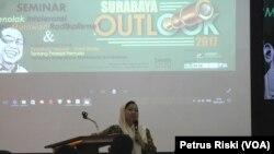 Alissa Wahid, Koordinator Jaringan Gusdurian Indonesia, memaparkan hasil survey terkait intoleransi dan radikalisme di Indonesia, di kampus FISIP Universitas Airlangga Surabaya, Senin 16 Januari 2017 (Foto: VOA/Petrus Riski).