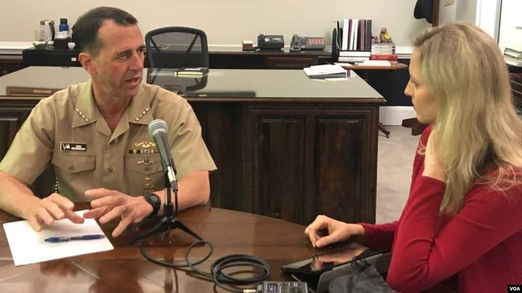 Đô đốc John Richardson trả lời phỏng vấn của nhà báo Carla Babb của VOA tại Ngũ Giác Đài.