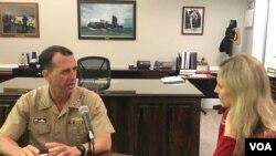 Tư liệu: Đô Đốc John Richardson và phóng viên VOA Carla Babb tại Ngũ Giác Đài.