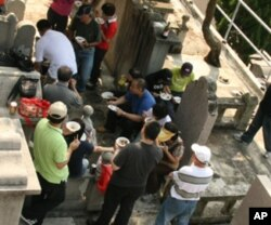 尹万良家族在坟场聚餐