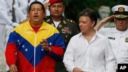 Venezuela's President Hugo Chavez, left, gestures next to Colombia's President Juan Manuel Santos during a welcoming ceremony at the 'hacienda' Quinta de San Pedro Alejandrino in Santa Marta, Colombia, 10 Aug 2010