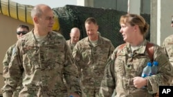 عکس آرشیوی از جفری هریگین رئیس مرکز فرماندهی نیروی هوایی آمریکا در جنوب غرب آسیا (چپ)