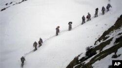 La suerte de los soldados atrapados por la avalancha es aún imprecisa.