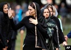 نیوزی لینڈ کی وزیر اعظم جسیڈا آرڈن مساجد پر حملے کی متاثرہ خواتین کے ساتھ۔