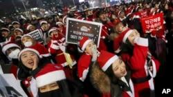 Watu wakivaa nguo za Santa Claus wahudhuria mkutano wa kumtaka Rais Park Geun-hye wa Korea Kusini kujiuzulu., Dec. 24, 2016.